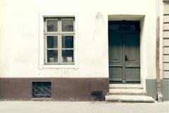 Bouw buiten, oude de bouwdeur Oude stad Riga, Letland royalty-vrije stock foto's