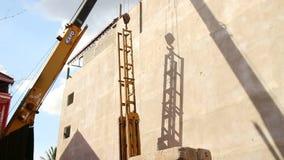 BOUW: Crane Lowers Steel Pile Driving-Kader in Plaats stock videobeelden