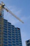 Bouw - de nieuwe blauwe glasbouw en kraan Royalty-vrije Stock Foto