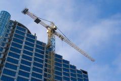 Bouw - de nieuwe blauwe glasbouw en kraan Stock Fotografie