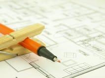 Bouw een huis en architectenhulpmiddelen royalty-vrije stock afbeelding