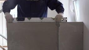 Bouw en reparatie - installatie van een interroomverdeling van tong-en-groefblokken stock footage
