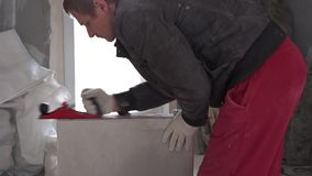 Bouw en reparatie - installatie van een interroomverdeling van tong-en-groefblokken stock videobeelden