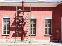 Bouw en reparatie van een baksteenhuis stock afbeelding