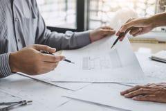 Bouw en structuurconcept Ingenieur of architectenvergadering voor project het werken met partner en techniekhulpmiddelen  stock foto