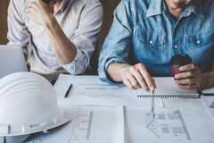 Bouw en structuurconcept Ingenieur of architectenvergadering voor project het werken met partner en techniekhulpmiddelen  royalty-vrije stock fotografie