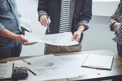 Bouw en structuurconcept Ingenieur of architectenvergadering voor project het werken met partner en techniekhulpmiddelen  royalty-vrije stock foto