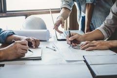 Bouw en structuurconcept ingenieur het werk het trekken op blauwdrukvergadering voor project het werken met partner aan model royalty-vrije stock afbeeldingen