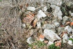 Bouw en vernielingspuin dichtbij het bos royalty-vrije stock afbeelding