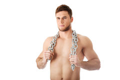 Bouw goed mannelijk model met kettingen over zijn hals stock foto's