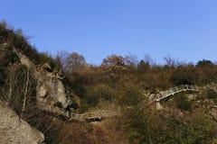 Bouw het witte steentraliewerk van halverwege de berg op Stock Foto's