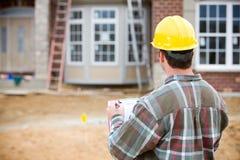 Bouw: Huisinspecteur die Overzicht doen Stock Foto's
