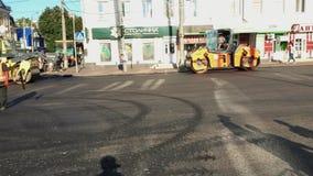 Bouw Polen in De asfaltbetonmolen ontwikkelt asfalt in tijdens de reparatiewerken stock footage