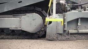 Bouw Polen in Het toepassen van nieuw heet asfalt stock videobeelden