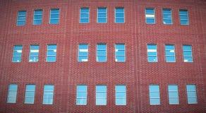 Bouw rode panoramische het bureaubuitenkant van bakstenen muurvensters Royalty-vrije Stock Fotografie