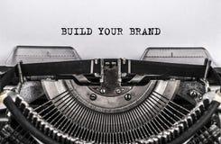 BOUW UW MERK getypte woorden op oude uitstekende schrijfmachine Sluit omhoog stock foto's