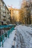 Bouw van de bouw met meerdere verdiepingen in de winter, Rusland Stock Fotografie