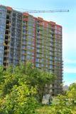 Bouw van de bouw met meerdere verdiepingen op de straat Koshevogo in Kaliningrad Stock Foto's