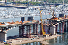 Bouw van de brug door de rivier Yenisei Royalty-vrije Stock Foto's