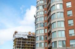 Bouw van de moderne flatgebouw met koopflatsgebouwen met reusachtige vensters en balkons Stock Fotografie