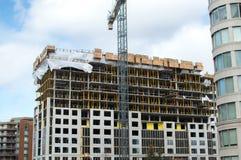 Bouw van de moderne flatgebouw met koopflatsgebouwen met reusachtige vensters en balkons Stock Foto's