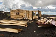 Bouw van een blokhuis in het kampeerterrein op het lavagebied bij Tolbachik-vulkaan, na uitbarsting in 2012 Stock Fotografie