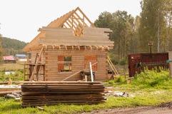 Bouw van een blokhuis Bouw me Geveltophuis De Bouwtrucs van de dakbouw stock afbeelding