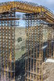 Bouw van een brug over de Eresma-Rivier in Segovia in de uitbreidingswerken van de weg van Madrid - Segovia - van Valladolid stock fotografie