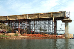 Bouw van een brug over de rivier Royalty-vrije Stock Foto's