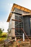 Bouw van een ecologisch blokhuis Isolatie van muren en daken Royalty-vrije Stock Foto's
