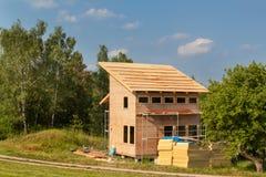 Bouw van een ecologisch blokhuis Isolatie van muren en daken Royalty-vrije Stock Fotografie