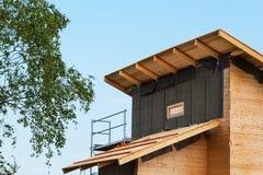 Bouw van een ecologisch blokhuis Isolatie van muren en daken Stock Afbeeldingen