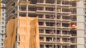 Bouw van een gebouw met meerdere verdiepingen in Doubai Het onvolledige close-up van de de bouwvoorgevel Timelapse stock footage