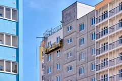 Bouw van een gebouw met meerdere verdiepingen in een jonge buurt royalty-vrije stock foto