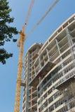 Bouw van een gebouw met meerdere verdiepingen, mening van onderaan Royalty-vrije Stock Foto's