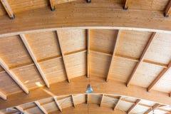 Bouw van een groot houten dak met stevige houten stralen voor hoge ladingscapaciteit royalty-vrije stock afbeelding