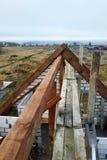 bouw van een houten dak van de gebogen daksparren aan het begin van de dakbouw stock fotografie
