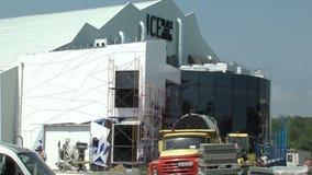 Bouw van een ijspaleis in Kranevo, Bulgarije stock video