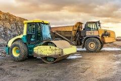 Bouw van een landweg in Spanje door een vrachtwagen en een steamrolle royalty-vrije stock afbeelding