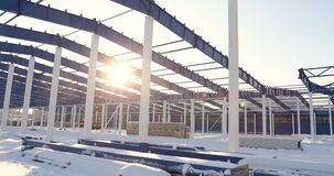 Bouw van een modern fabriek of een pakhuis, moderne industriële buitenkant, panorama, Modern pakhuis stock videobeelden