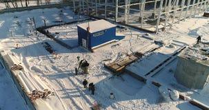 Bouw van een moderne fabriek of een installatie, industriezone in de winter, panorama van de lucht Moderne installatie op stock video