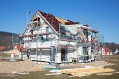 Bouw van een nieuw geprefabriceerd huis. Stock Afbeeldingen