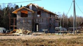 Bouw van een plattelandshuisjedorp Stadia van bouw van een priv? huis buiten de stad details stock videobeelden
