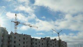 Bouw van flatgebouwen De werken van de kraan stock video