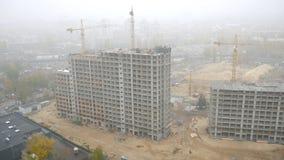 Bouw van gebouwen met meerdere verdiepingen met Kranen in de Oekraïne De Grote Mist stock video