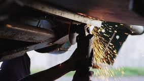 Bouw van het arbeiders de malende metaal met een cirkelzaag stock videobeelden
