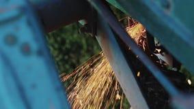 Bouw van het arbeiders de malende metaal met een cirkelzaag stock footage