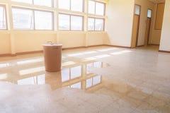 Bouw van het de dalings de binnenlandse bureau van het waterlek in rode emmer van Plafond en stroom op terrazzovloer stock foto's