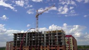Bouw van het gebouw op de achtergrond van hemel en van de wolkentijd tijdspanne 4 K In aanbouw flats  stock video