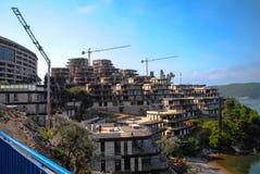 Bouw van het gebouw op de bovenkant van de berg Stock Afbeeldingen